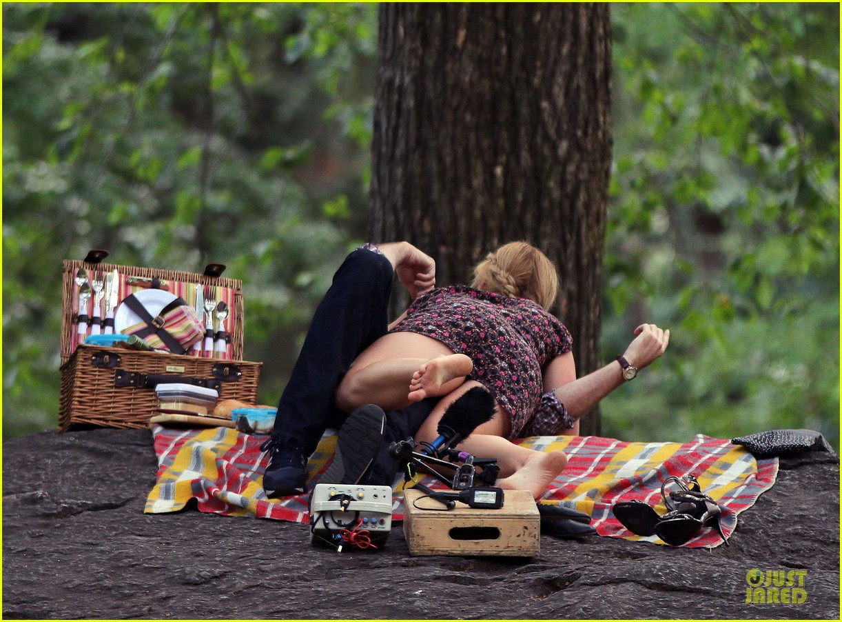 bill hader amy schumer kissing in central park 16