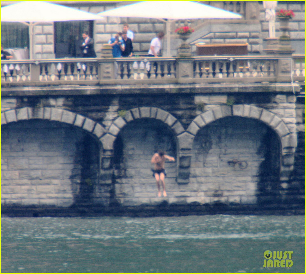 harry styles jumps into lake como 09