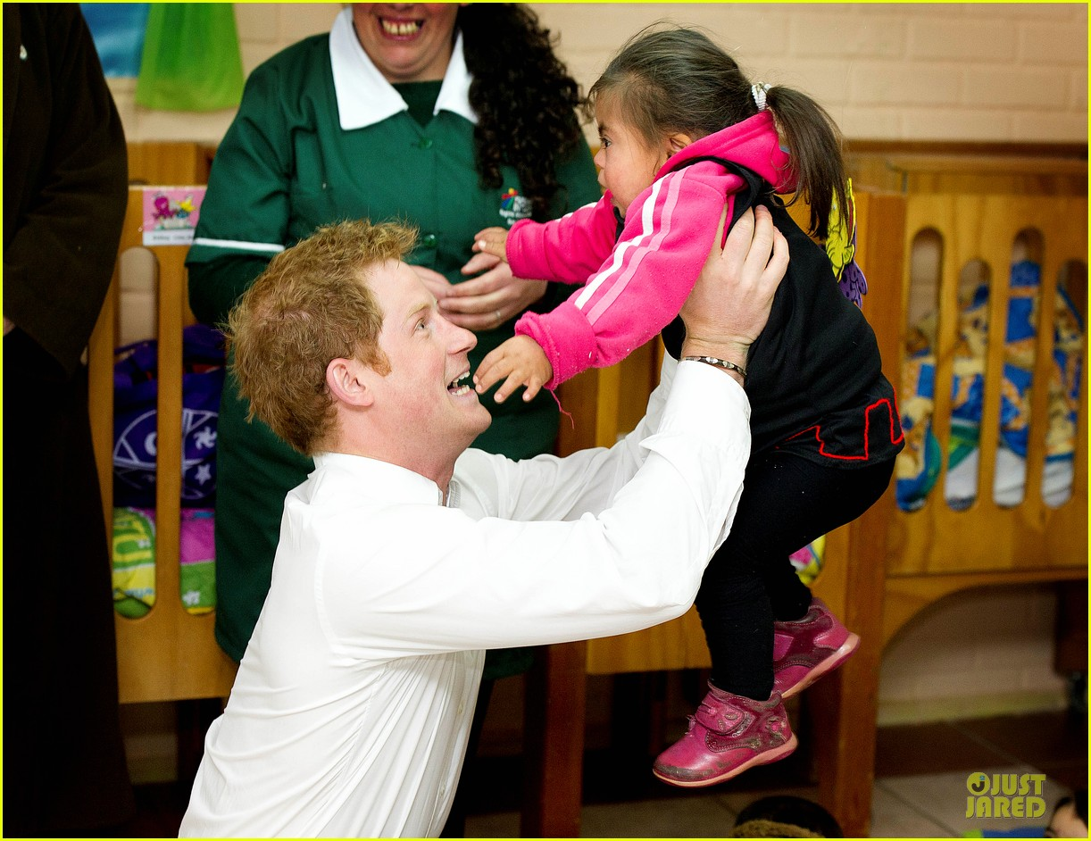 prince harry interaction with toddler is beautiful 043144921