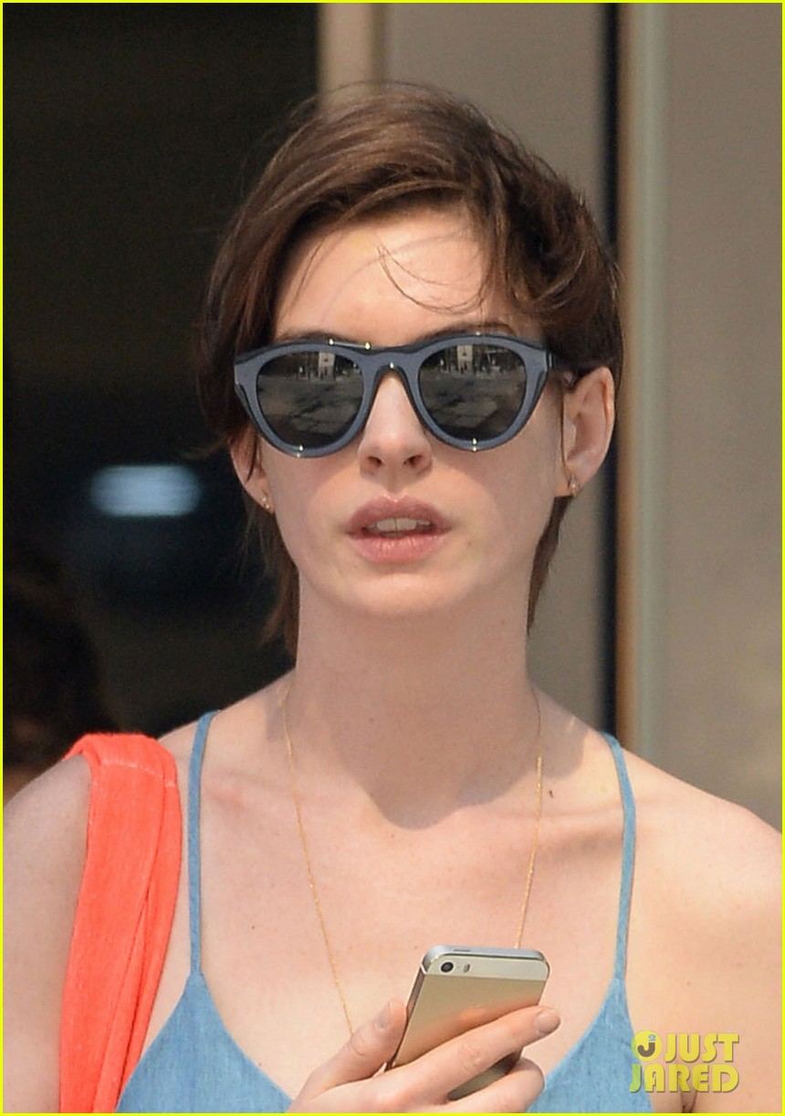 anne hathaway takes a cab ride in nyc 01