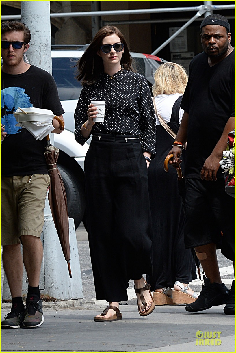anne hathaway dons long haired wig on the intern 193142778