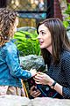 anne hathaway dons long haired wig on the intern 12
