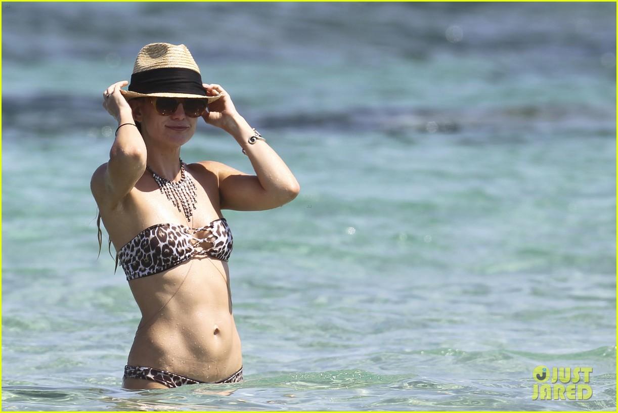 kate hudsons amazing bikini body 09