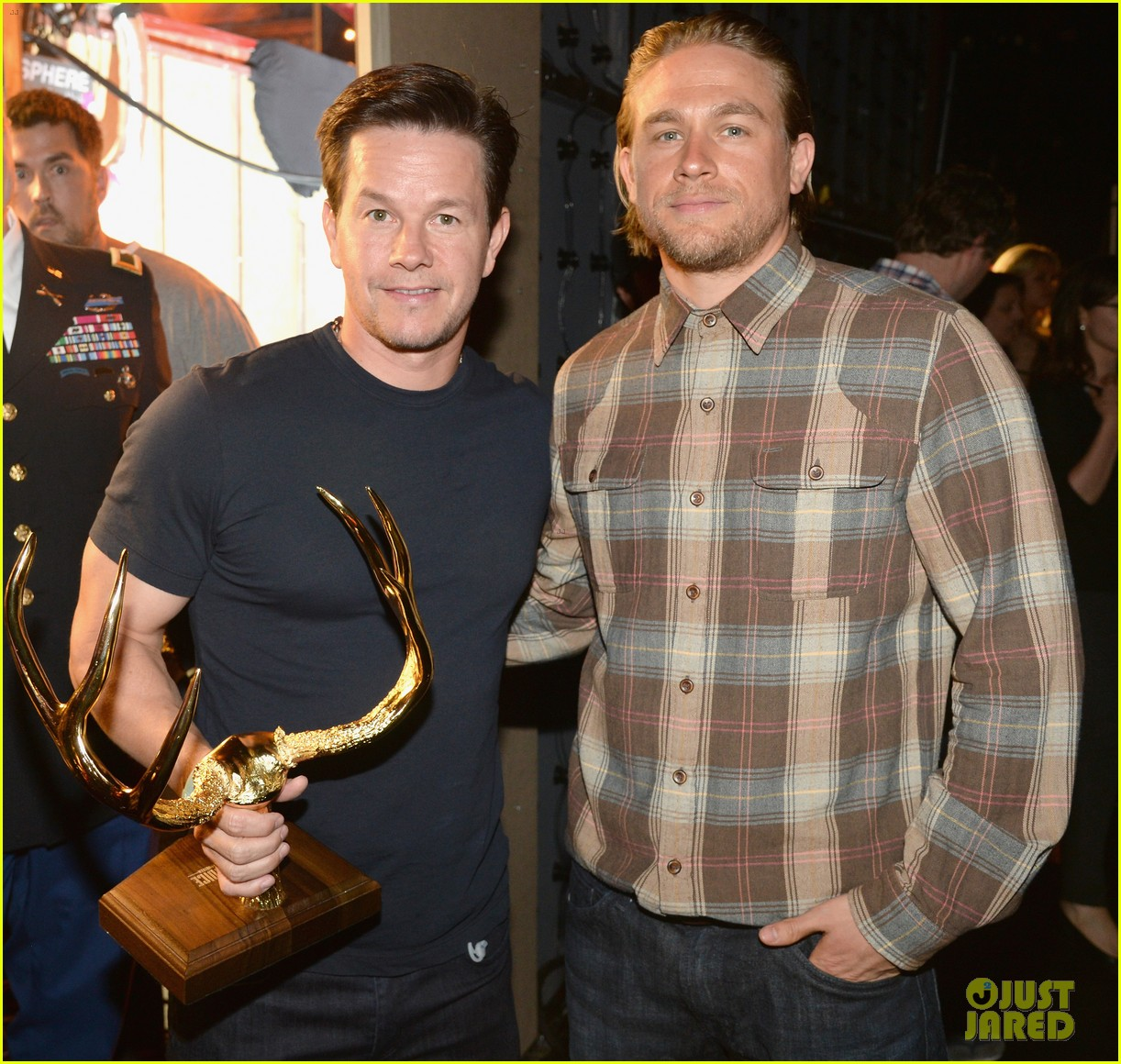 charlie hunnam mark wahlberg guys choice awards 2014 01