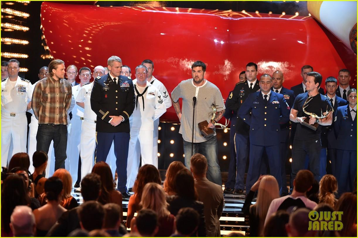 charlie hunnam mark wahlberg guys choice awards 2014 03