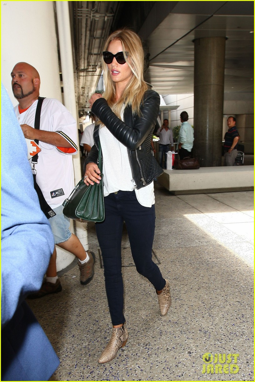 rosie huntington whiteley gives blessing to nicola peltz 133144257