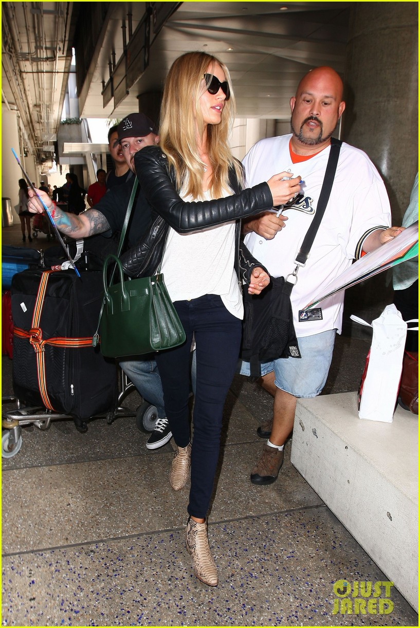 rosie huntington whiteley gives blessing to nicola peltz 143144258