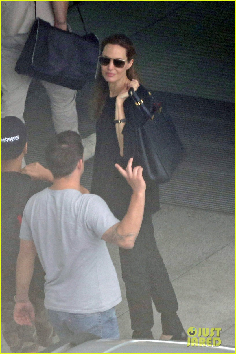 angelina jolie brad pitt catch flight out of london 053135499