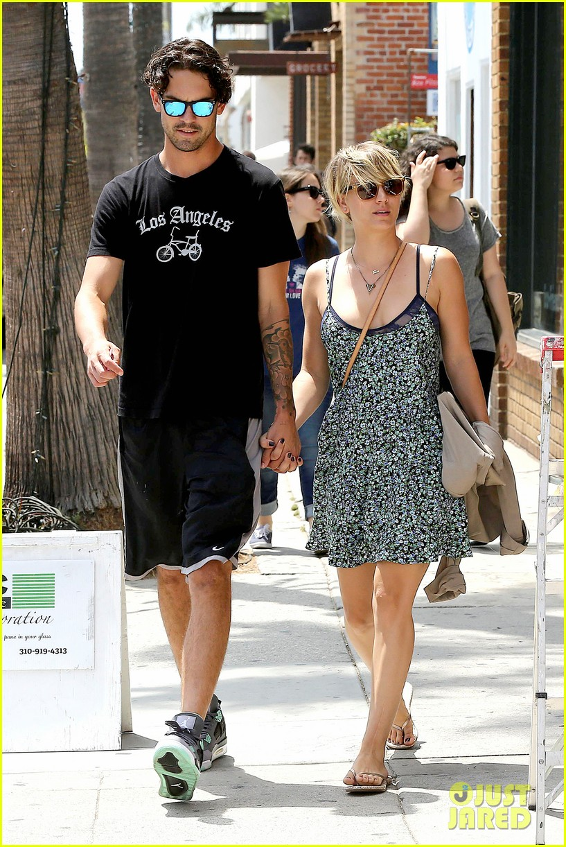 kaley cuoco wears crop tops now wont be able to when shes pregnant 07