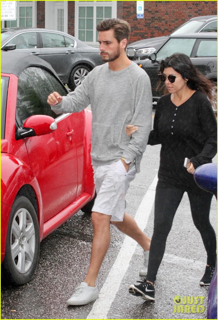 kourtney kardashian scott disick step out together after pregnancy news 043128990
