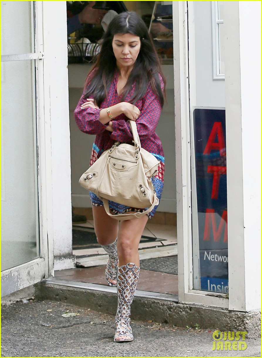 pregnant kourtney kardashian tiny baby bump 063128537