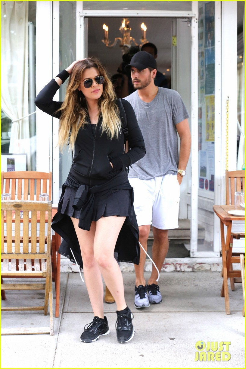 kourtney khloe kardashian double date with their men 15