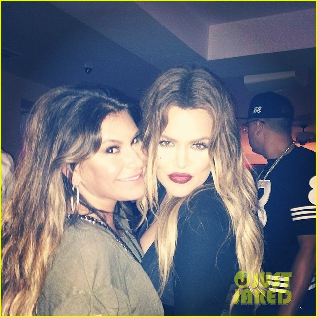 khloe kardashian cheers on jennifer lopez at her concert 02