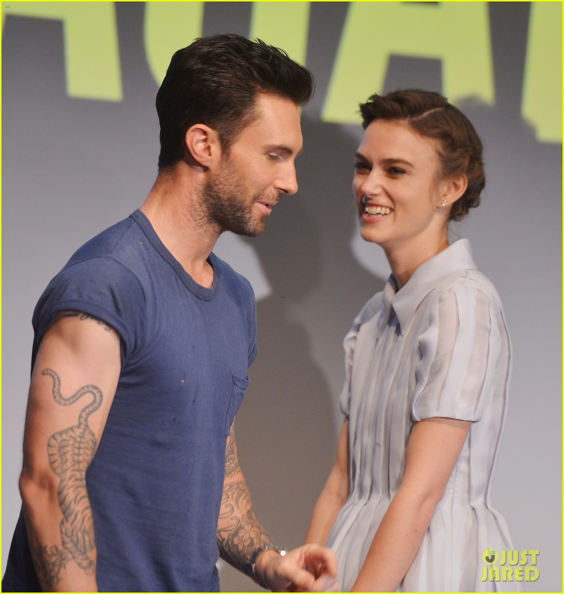 keira knightley cant stop laughing when with adam levine 04