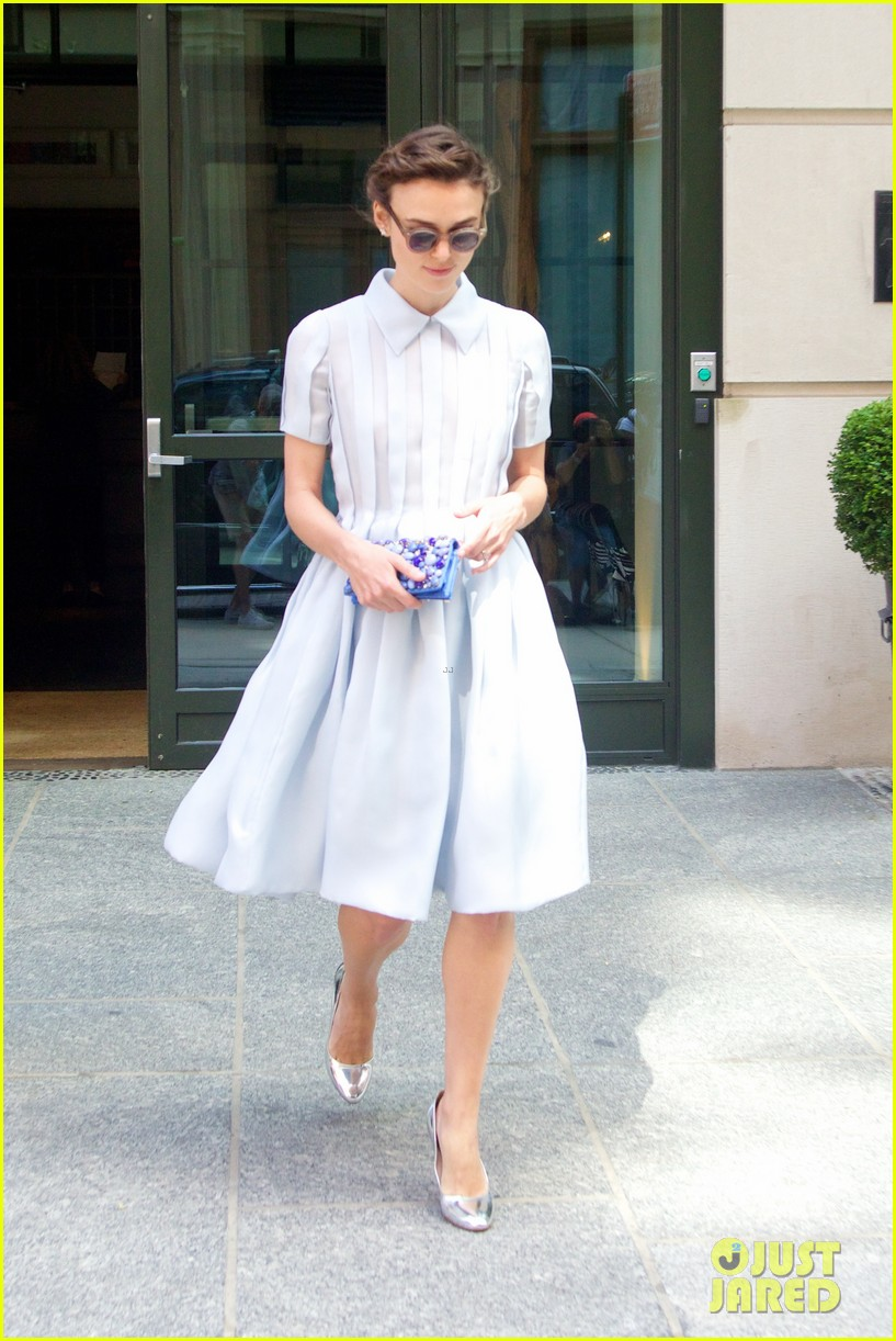 keira knightley cant stop laughing when with adam levine 14