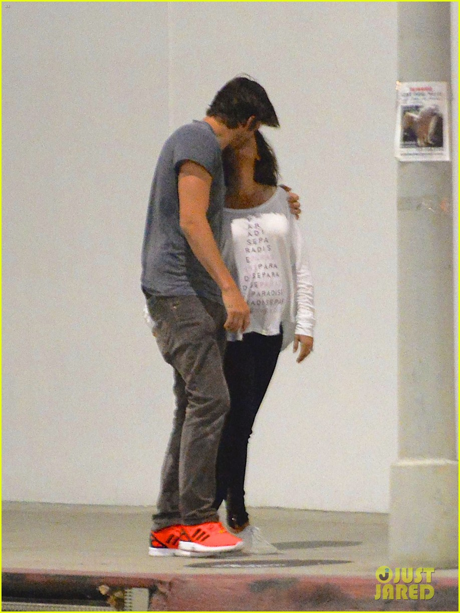 ashton kutcher pregnant mila kunis romantic kiss 01