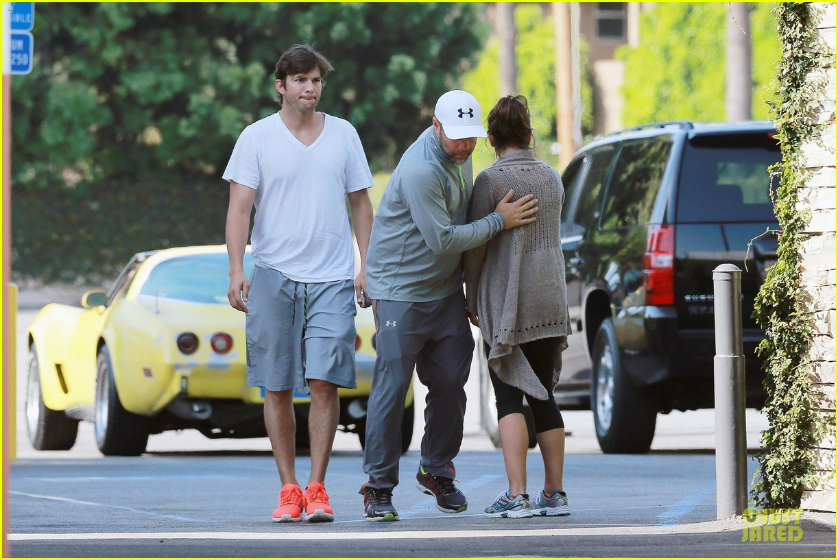 ashton kutcher mila kunis look closer than ever 03