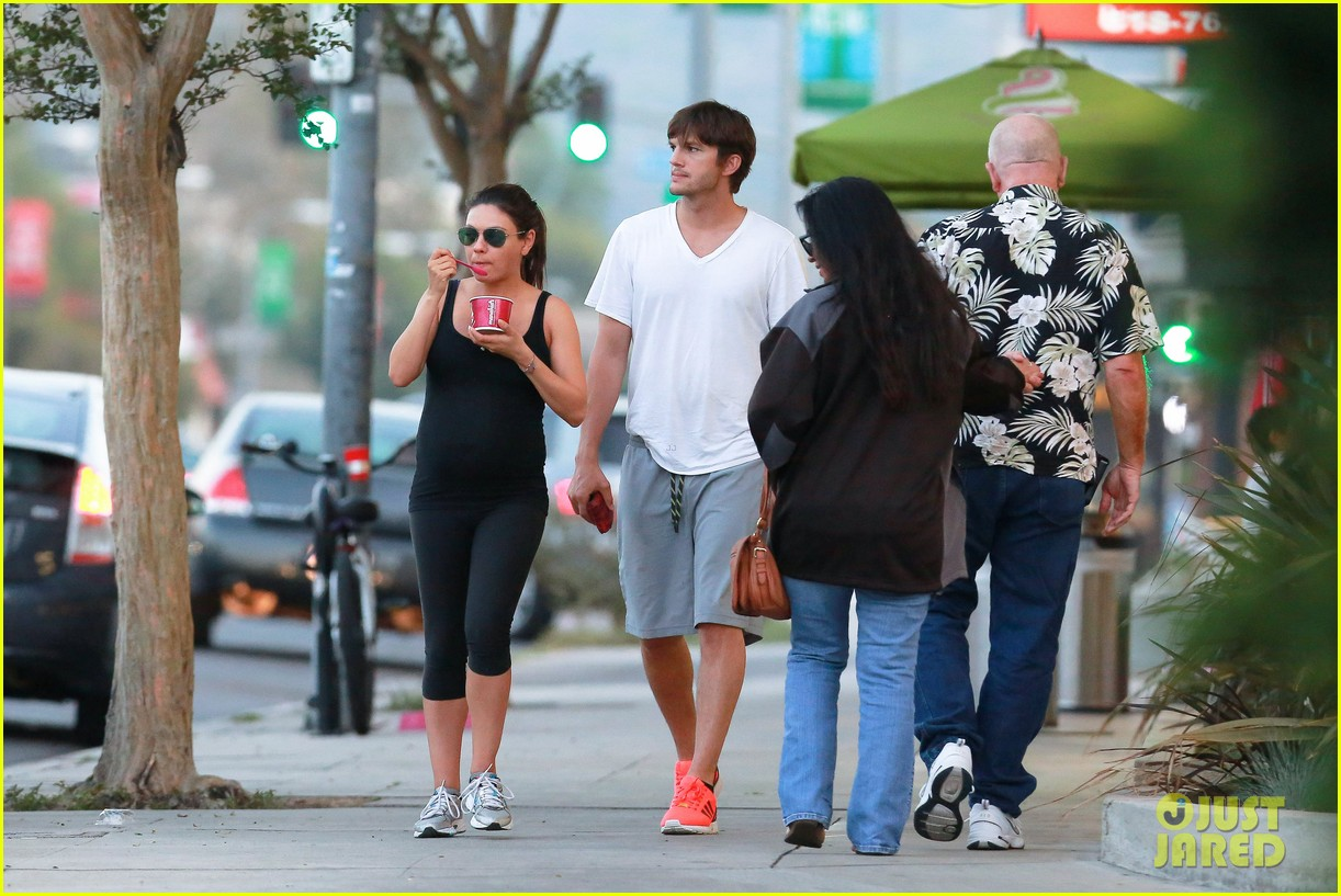ashton kutcher plants a sweet kiss on pregnant mila kunis 20