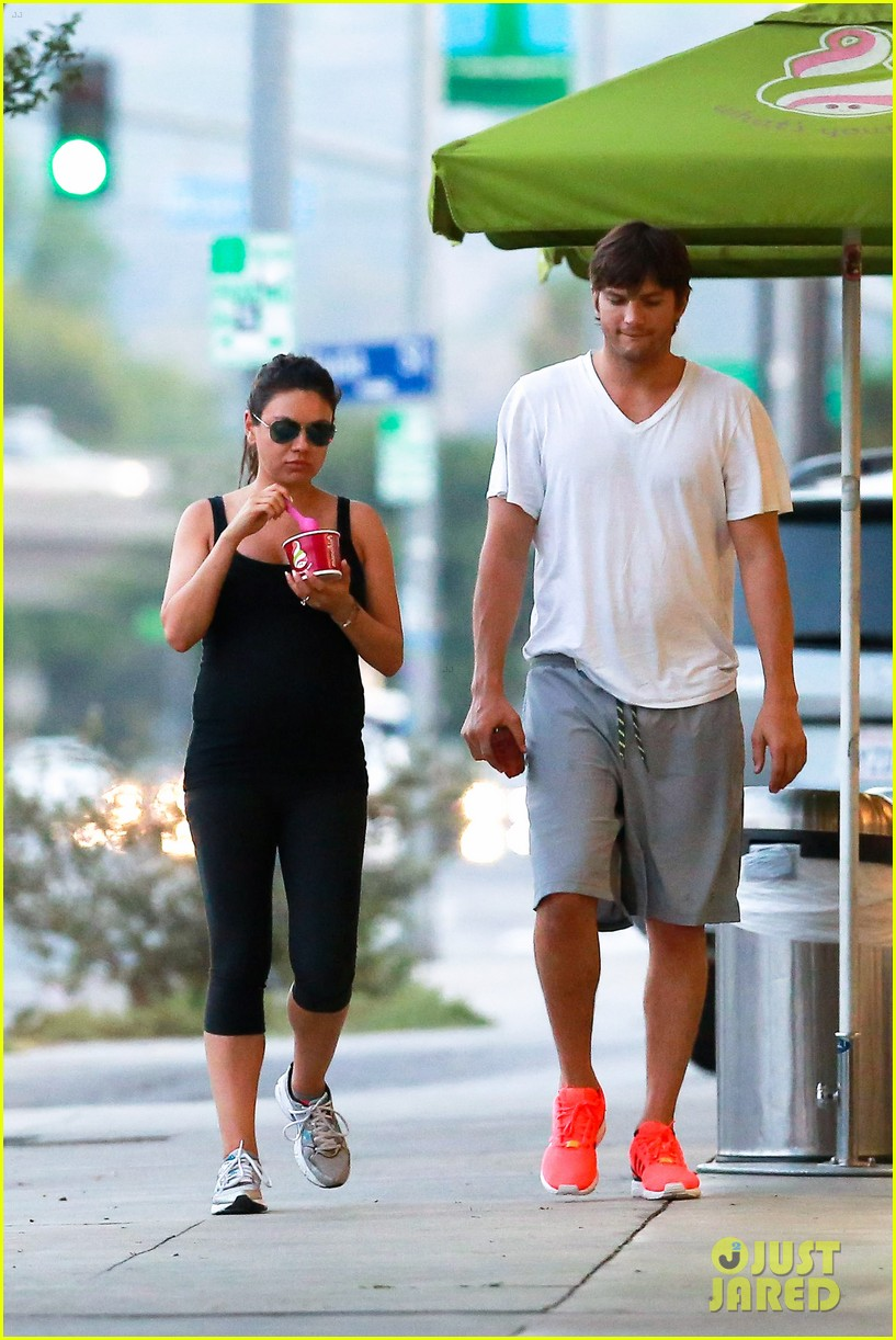 ashton kutcher plants a sweet kiss on pregnant mila kunis 263131548