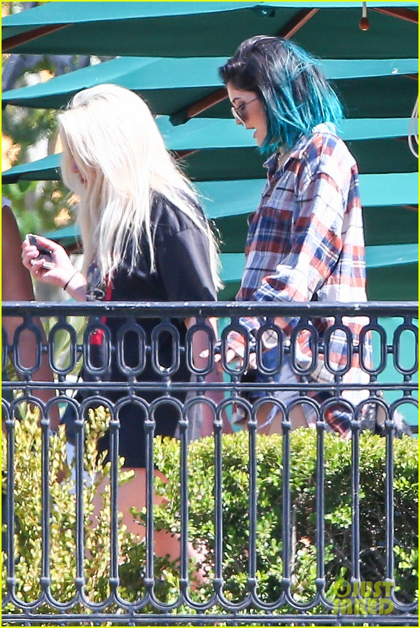 kylie jenner jaden smith eat nearby restaurants 28
