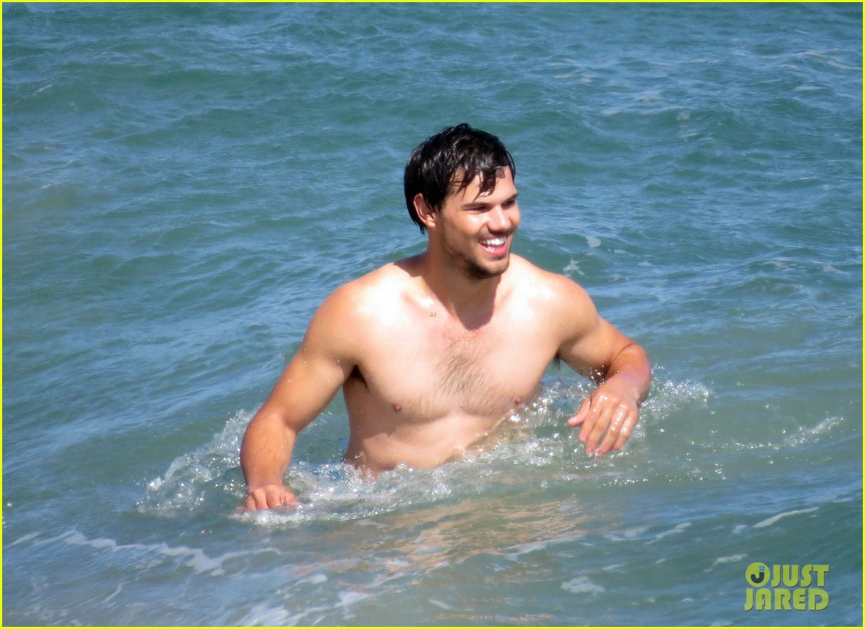 taylor lautner goes shirtless for run the tide beach scenes 013138072
