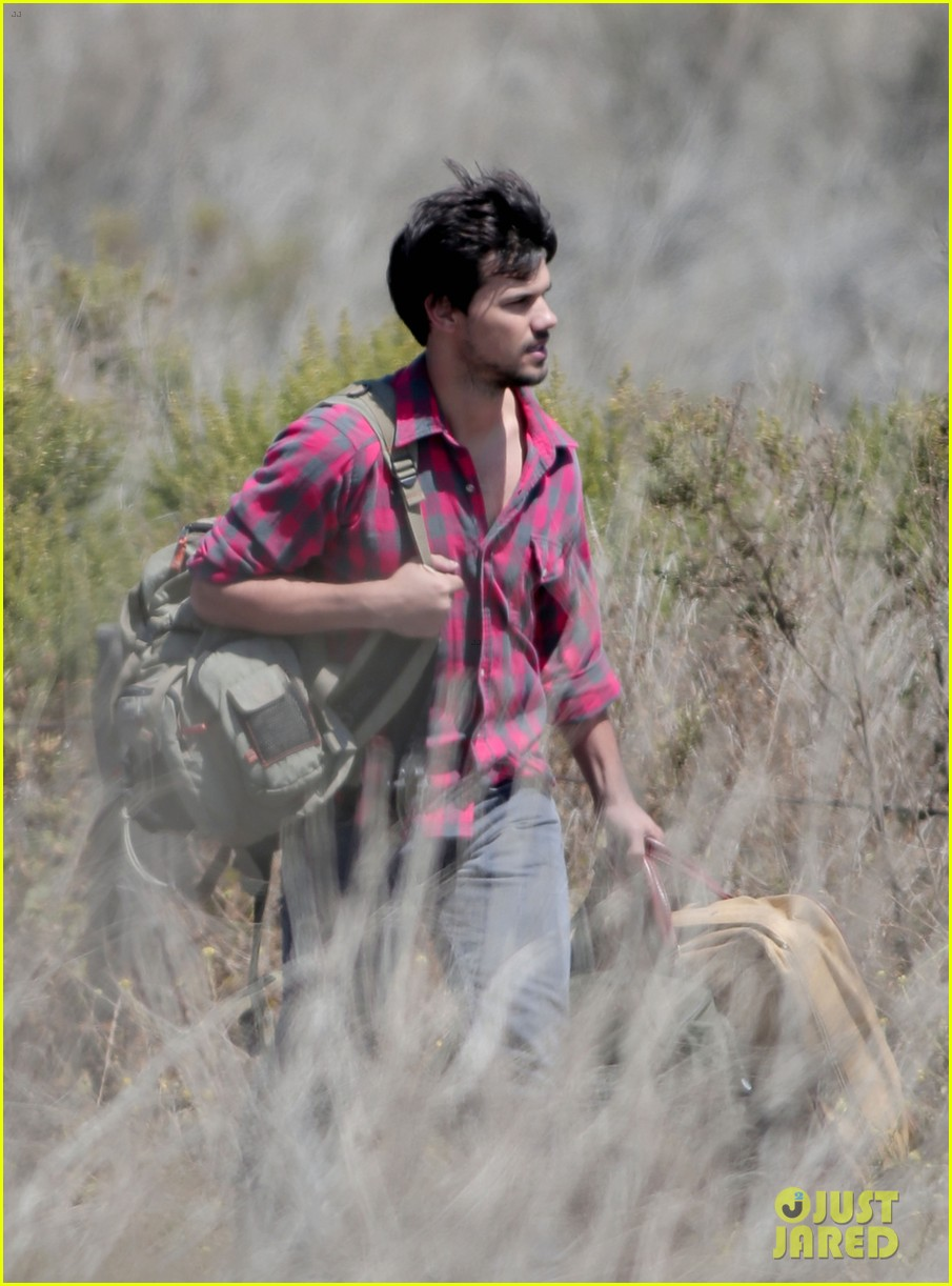 taylor lautner goes shirtless for run the tide beach scenes 10