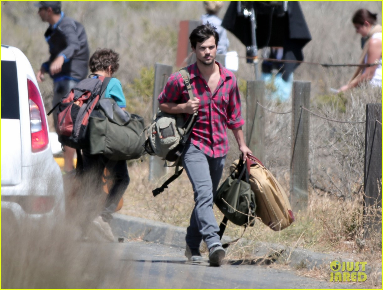 taylor lautner goes shirtless for run the tide beach scenes 12