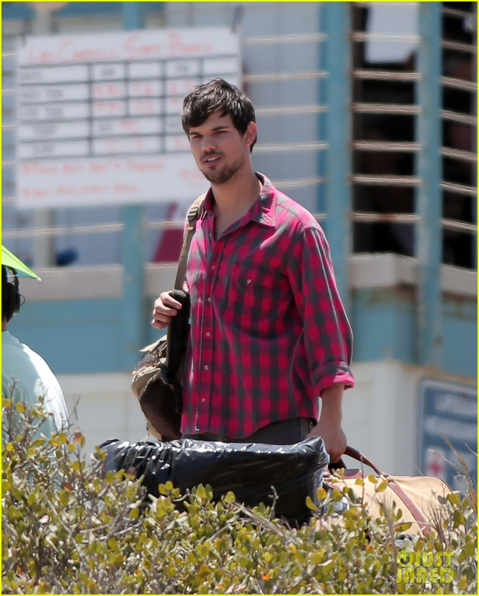 taylor lautner goes shirtless for run the tide beach scenes 133138084