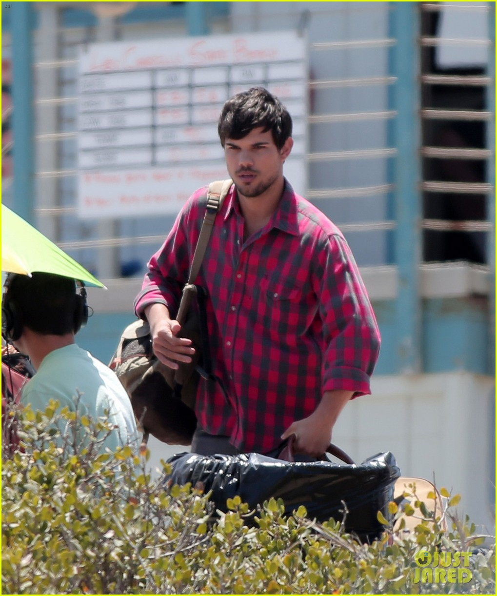 taylor lautner goes shirtless for run the tide beach scenes 14