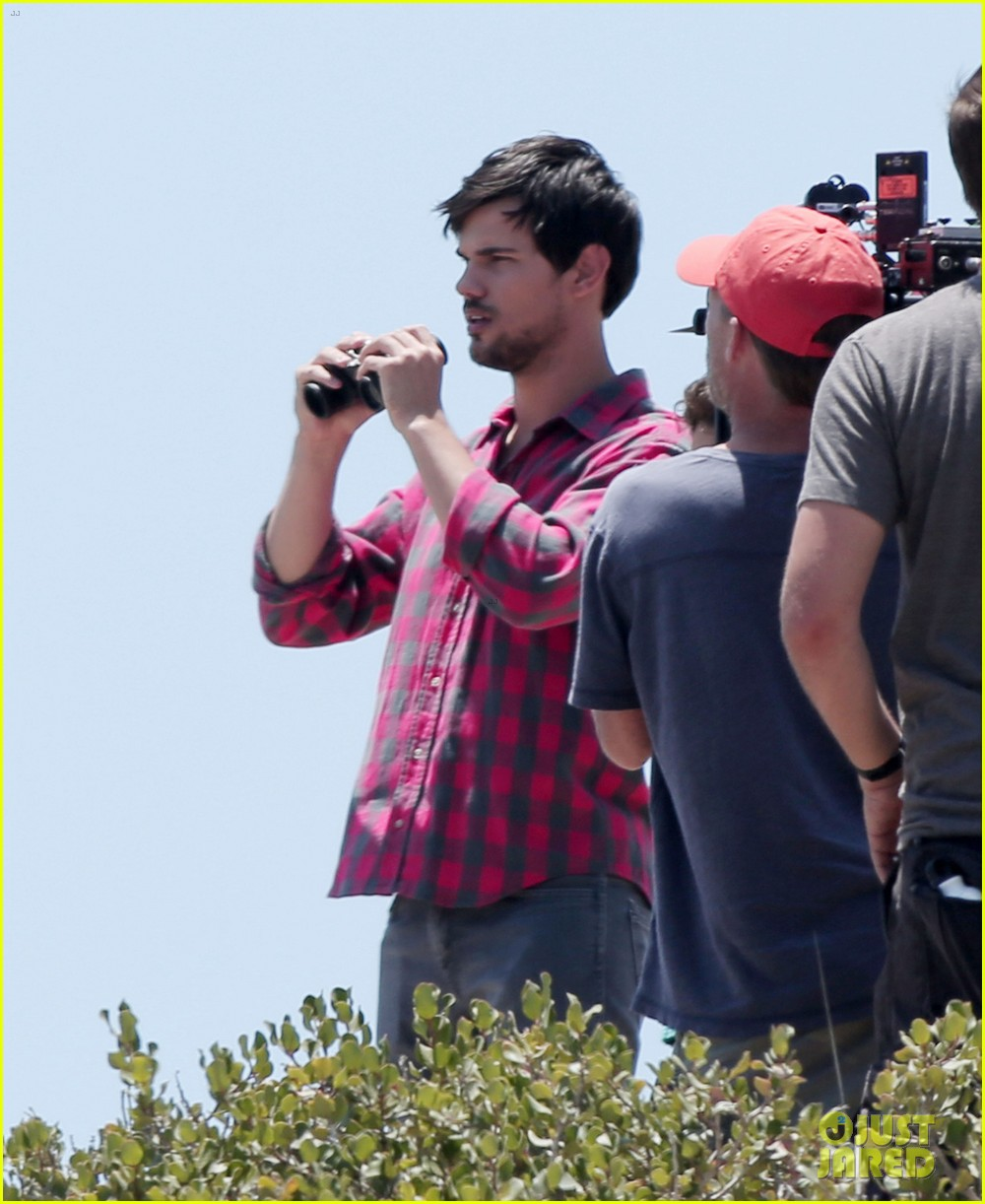 taylor lautner goes shirtless for run the tide beach scenes 203138091