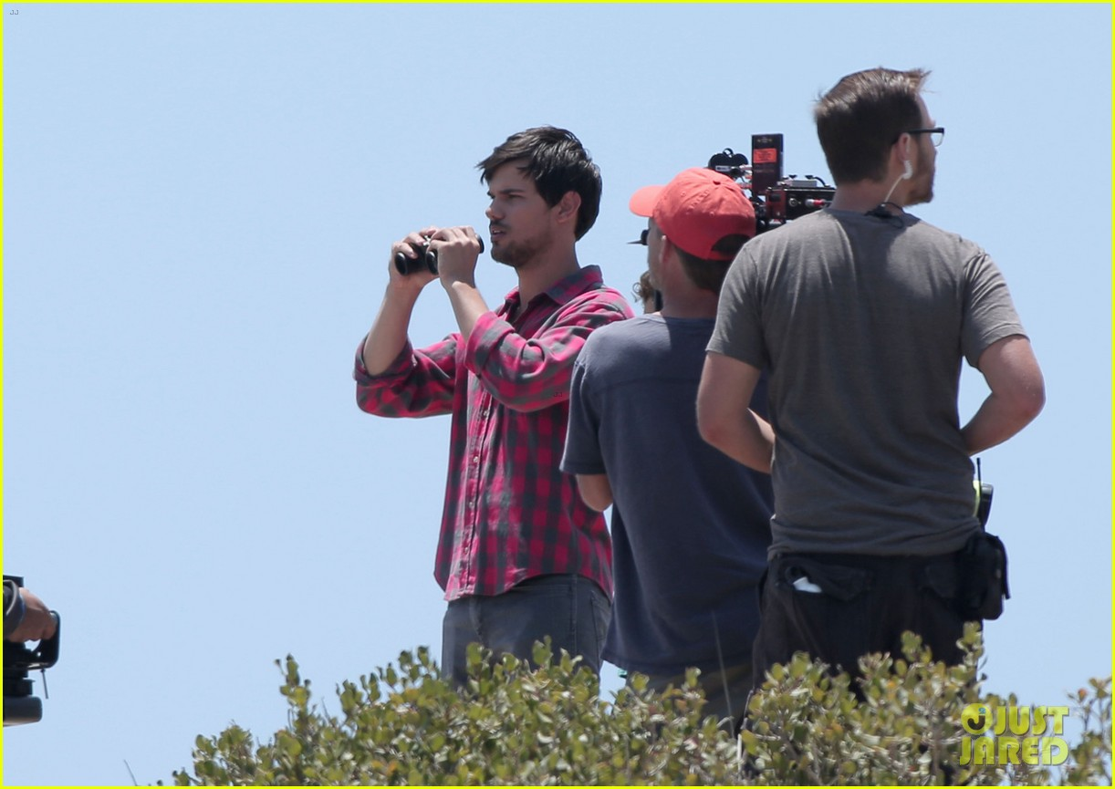taylor lautner goes shirtless for run the tide beach scenes 21