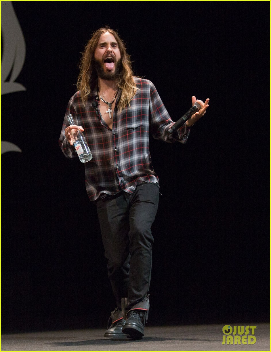 jared leto didnt shave his beard into a pornstache 043138353