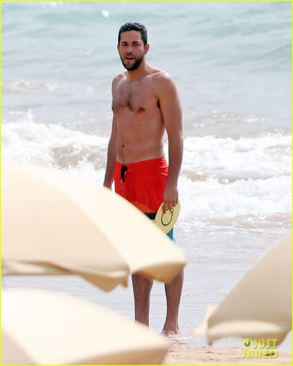 zachary levi shirtless hawaii beach vacation 02