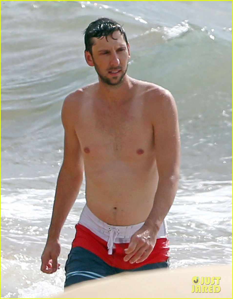 zachary levi shirtless hawaii beach vacation 04