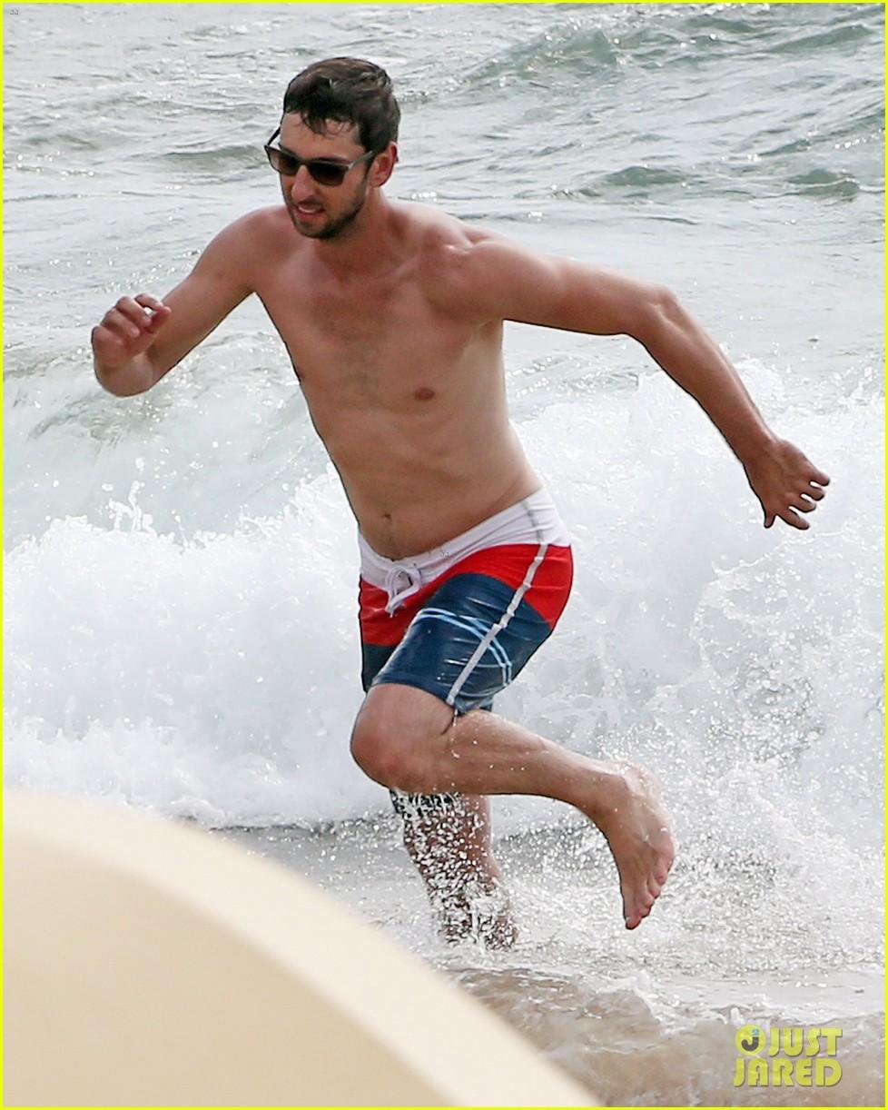 zachary levi shirtless hawaii beach vacation 15
