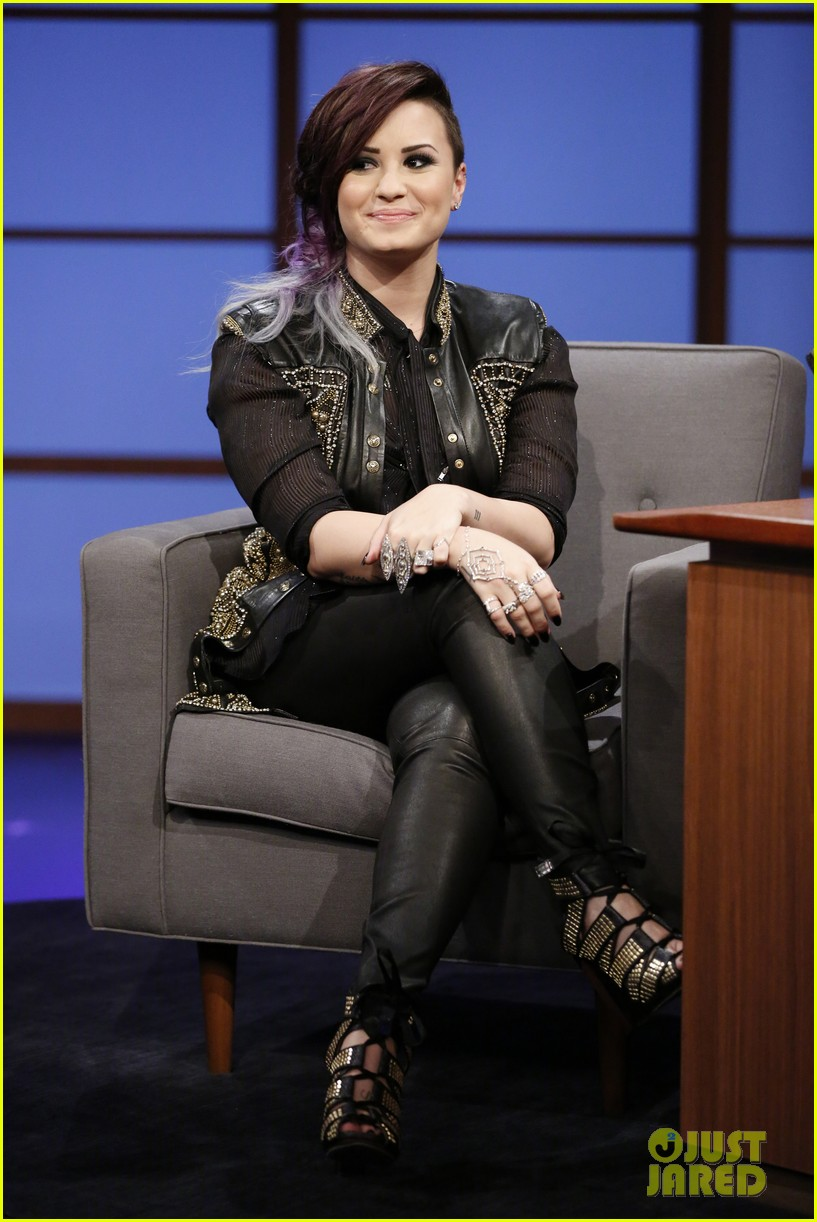 demi lovato visits late night with seth meyers 02