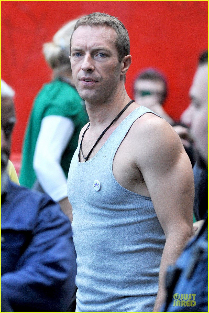 chris martin flaunts muscles on coldplay music video 043137542