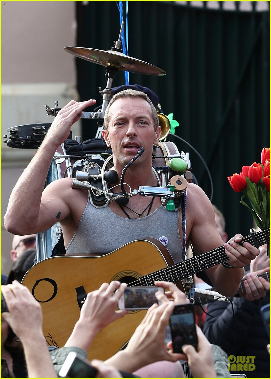 chris martin flaunts muscles on coldplay music video 09