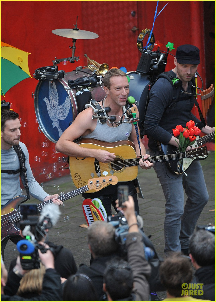 chris martin flaunts muscles on coldplay music video 12