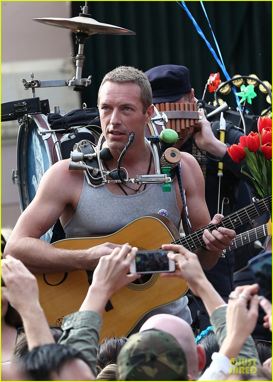 chris martin flaunts muscles on coldplay music video 203137558