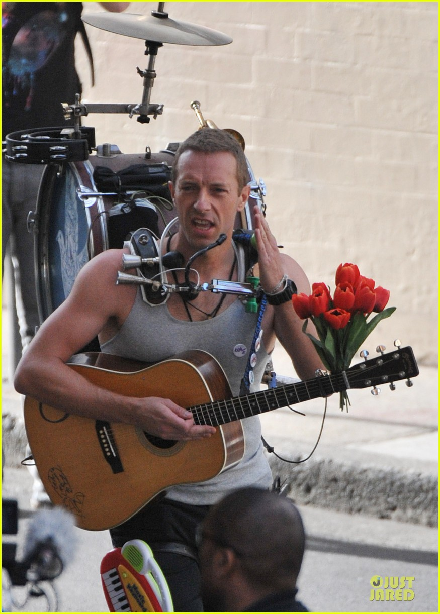 chris martin flaunts muscles on coldplay music video 22