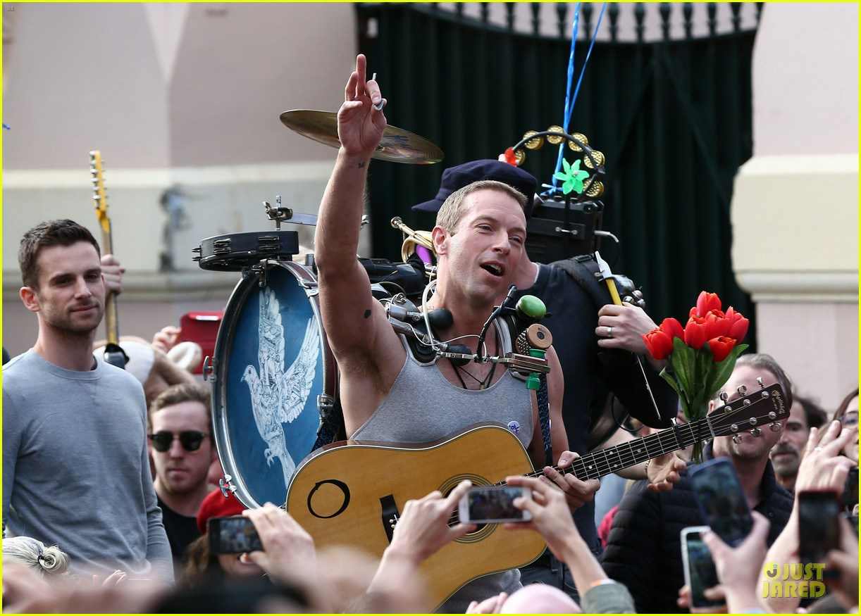 chris martin flaunts muscles on coldplay music video 253137563