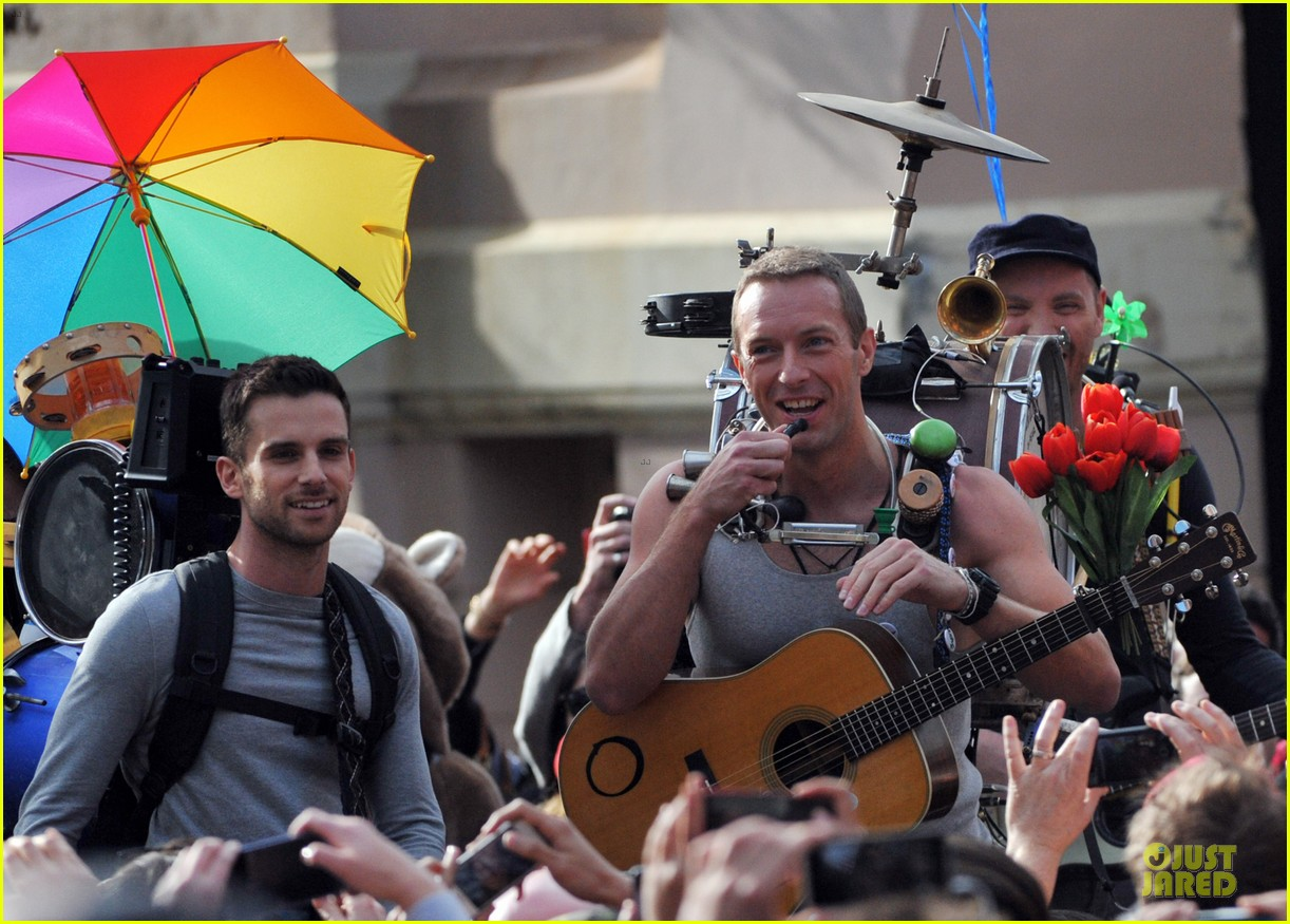 chris martin flaunts muscles on coldplay music video 26