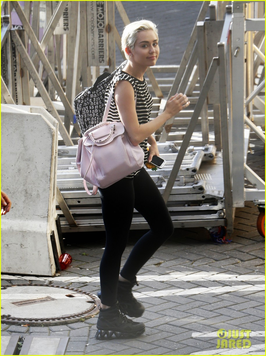 miley cyrus arrives amsterdam last bangerz tour stop 05