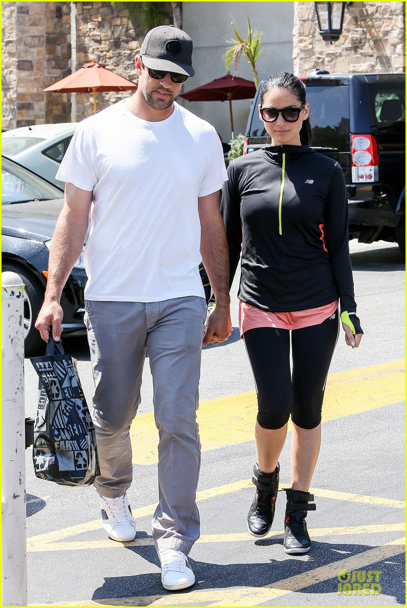 olivia munn aaron rodgers bring blossoming love to gelsons 05