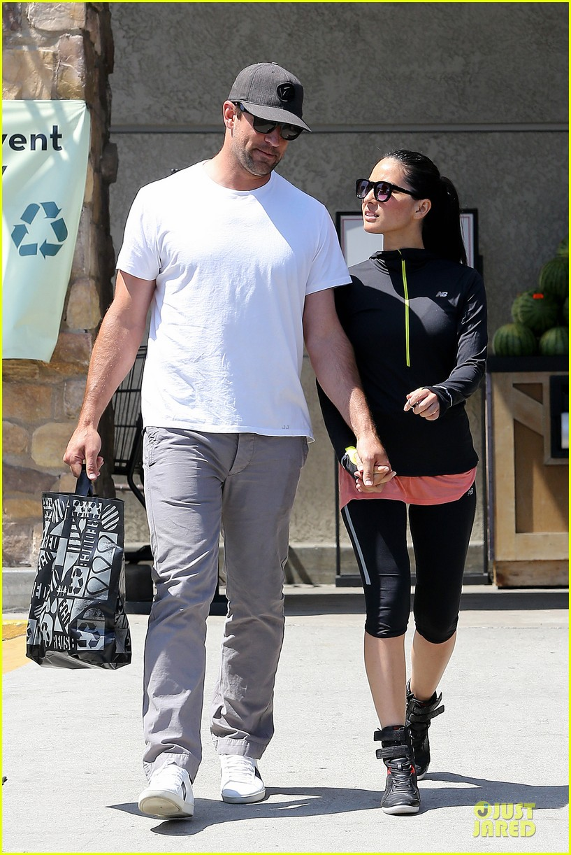olivia munn aaron rodgers bring blossoming love to gelsons 08