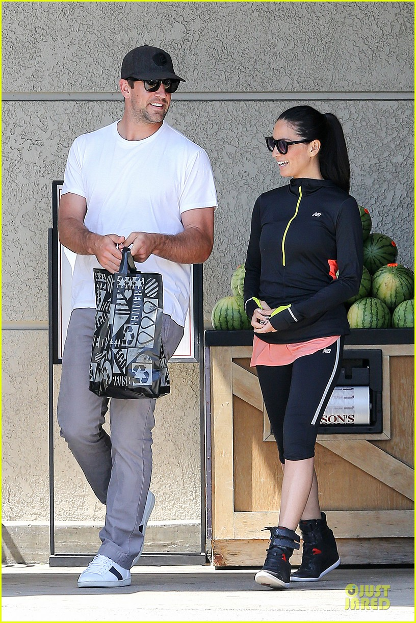 olivia munn aaron rodgers bring blossoming love to gelsons 12