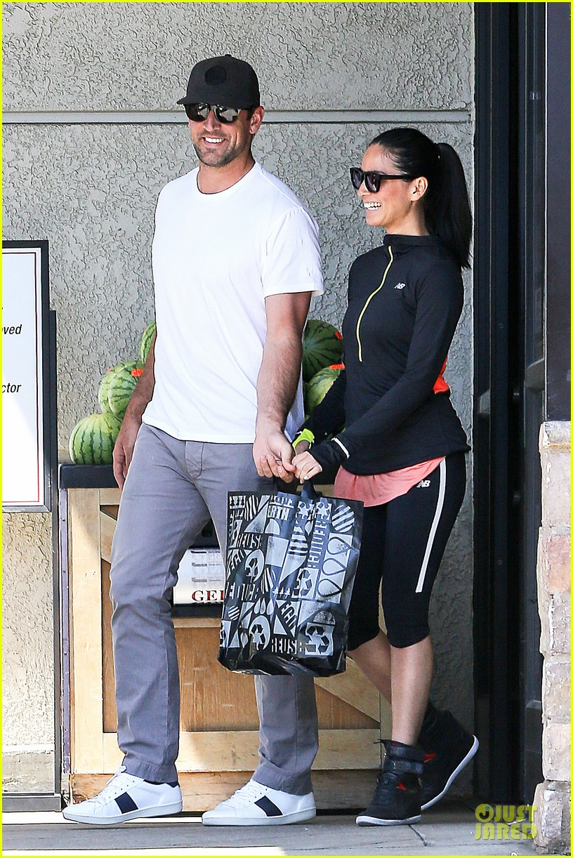 olivia munn aaron rodgers bring blossoming love to gelsons 20