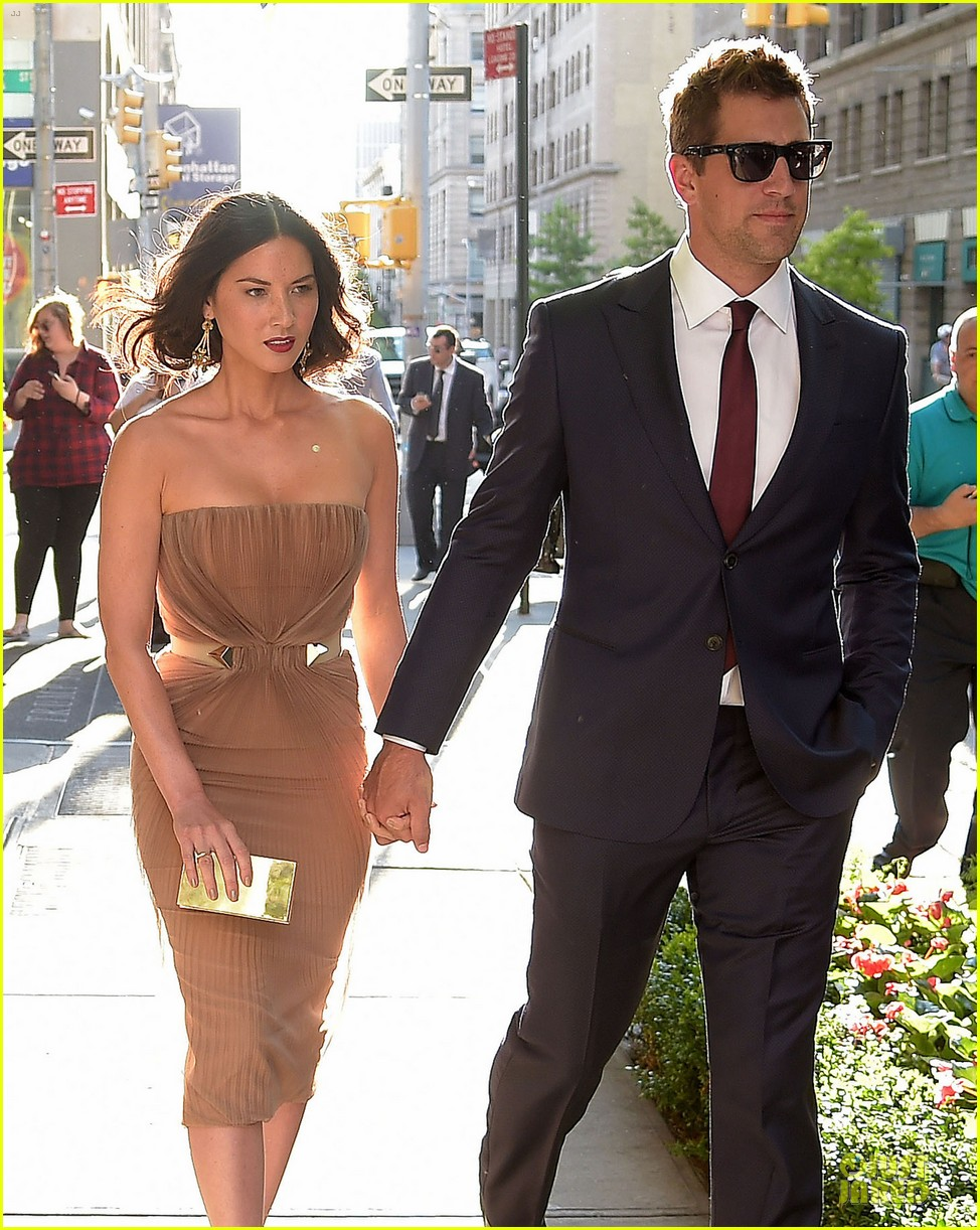 olivia munn aaron rodgers look perfect for deliver us from evil screening 06