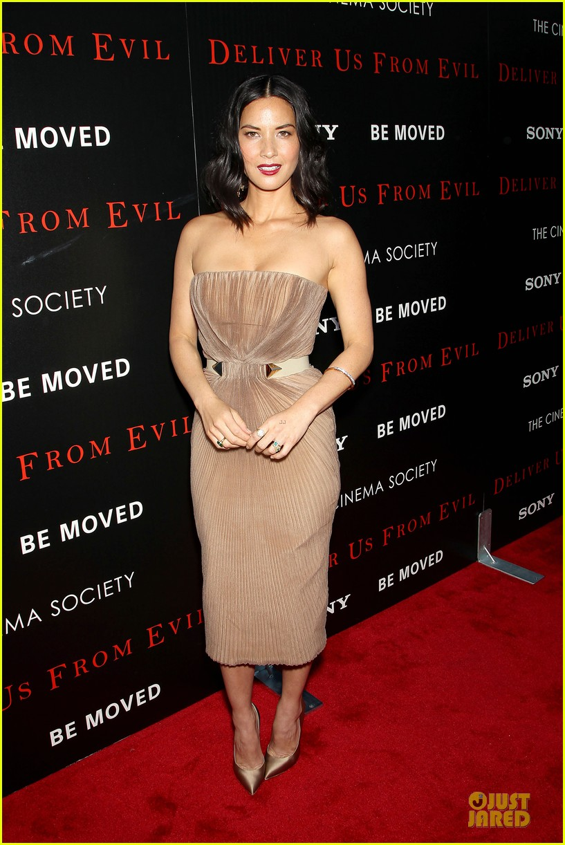 olivia munn aaron rodgers look perfect for deliver us from evil screening 08